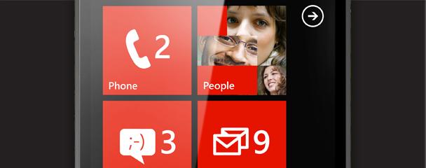 أربعة هواتف تعرض شاشة البدء ومبدل التطبيقات والمراسلة وقائمة التطبيقات.